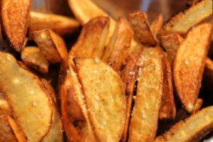 Печени картофи с домати и подправки